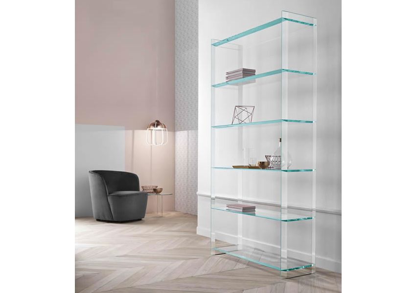 Glass bookcase Quiller placed against the wall